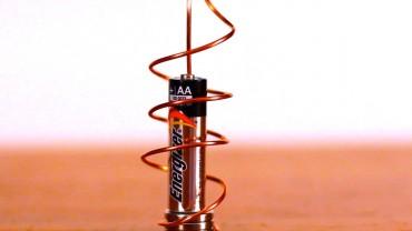Cum să faci un motor cu o baterie și niște magneți